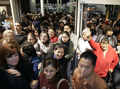 Black_Friday_shoppers_in_2009.jpg